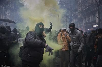 超80万市民上街示威,法国当局部署六千名警察,动用催泪瓦斯