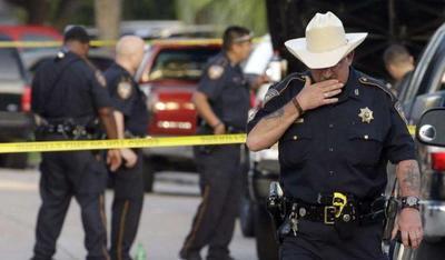 丢人丢到自己地盘上了!美19名警察对抗2名劫匪,把人质一起打死