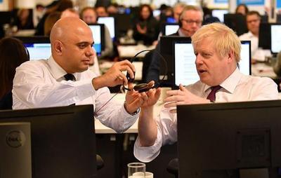 英首相为大选四处拉票,到头来却不会打电话,财政大臣教了也不懂