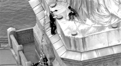 美女子攀自由女神像抗议移民政策