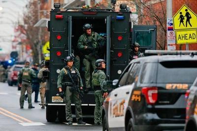 """美国街头如""""敌人入侵"""",装甲车直升机出动,激烈枪战持续数小时"""