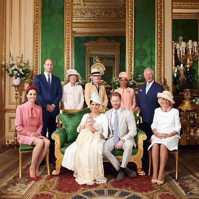 梅根王妃po出黑白全家福,8个月的阿奇王子备受宠爱,明明就很白