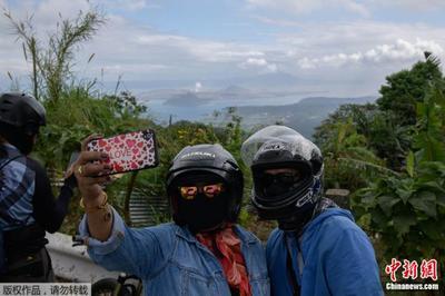 """菲律宾火山成""""打卡地"""" 民众包裹严实自拍留念"""