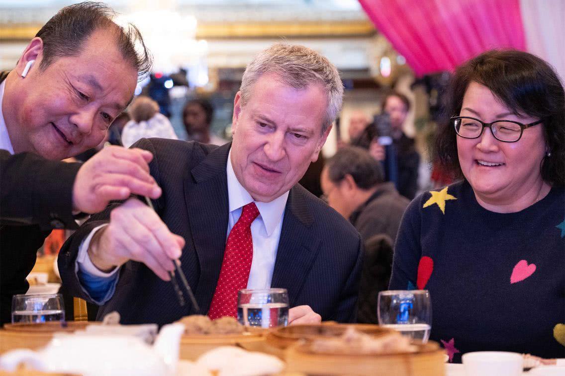 """纽约市长到中餐馆吃点心,与筷子""""斗争""""45分钟,一度直接上手抓"""