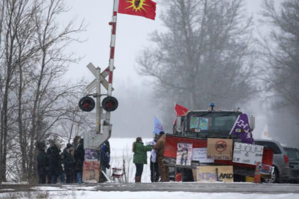 加拿大原住民堵铁路抗议管道项目 特鲁多急了:会面对话安排上