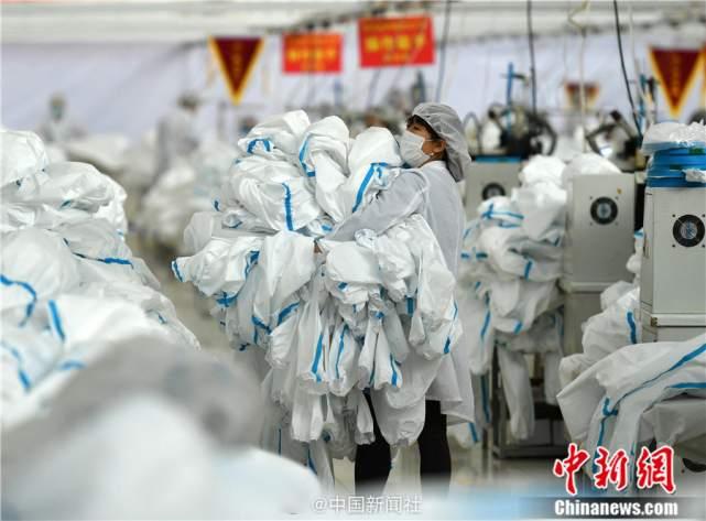 生产解放军军需品工厂改产防护服,日产量已达全国总产量1/3以上