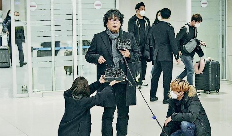 横扫奥斯卡却遭大韩航空禁播?《寄生虫》导演奉俊昊归国,韩媒挤爆机场