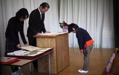 日本幼儿园的毕业典礼,没有孩子的华丽表演,每位家长却流泪不止