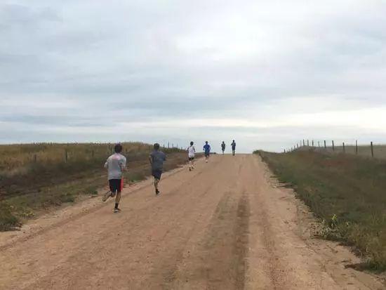斜坡跑:快速提升速度、力量、耐力