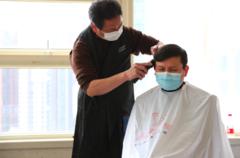 理发成难题?一群美发师来到华山医院,张文宏对新发型很满意