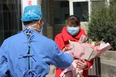 淮阳区人民医院首例治愈的新冠肺炎患者出院