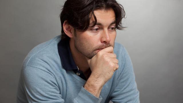 耳朵、眼圈发黑,尿液、脚底发臭是男性肾不好的体现