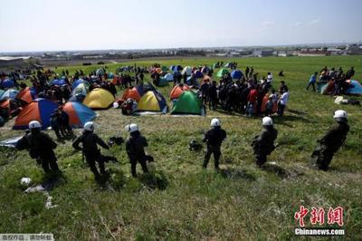 """土耳其""""开门""""让难民涌入欧洲 希腊边境严阵以待"""