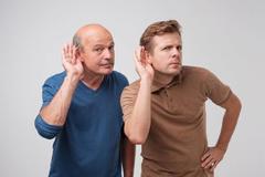 晕车与内耳前庭器或遗传因素等有关,闻生姜等办法可尝试