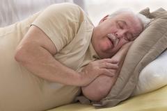 睡眠姿势对于睡眠至关重要,中老年朋友选择平卧