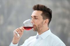 少量饮酒会有活血通络的作用,血管活力会有所增强