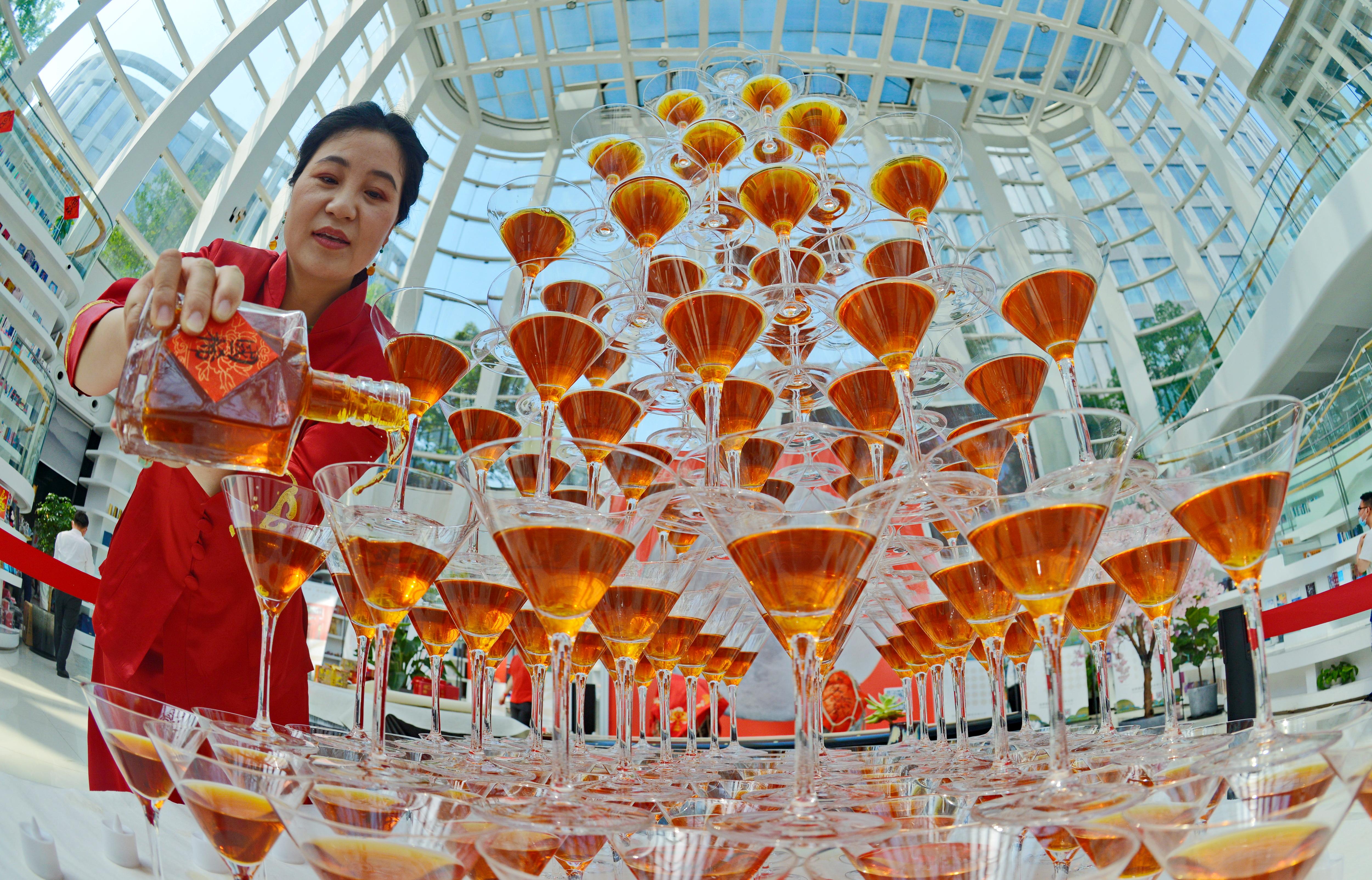 高脚杯中品国酒,绍兴黄酒酿造技术突破传统,两款新酒给你不一样的味蕾体验