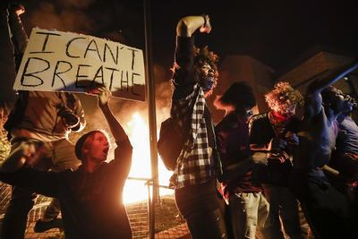 美黑人遭警察锁喉致死案持续升级:抗议者与警察激烈对抗,CNN记者在现场被逮捕