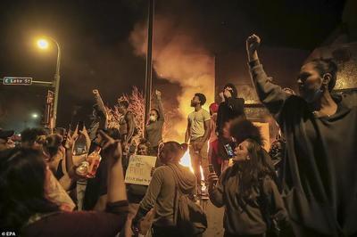 美国示威民众烧掉警察局,特朗普:市长软弱无能,我来派兵搞定一切