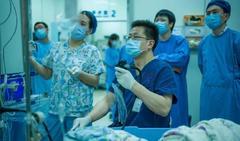"""切除的肿瘤竟能摆出一根""""蜜蜡项链""""!一台出乎意料的内镜手术,时间是预计的1.5倍"""