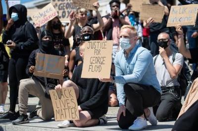 英国爆发黑人抗议游行,画风和美国不太一样
