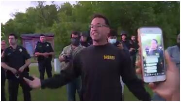摘头盔扔警棍,美国警长带头加入示威队伍:和平游行不应变成抗议示威!
