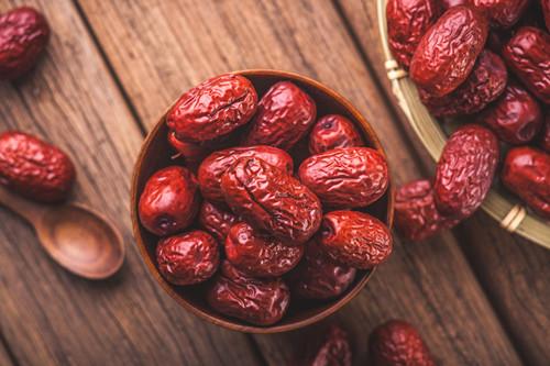 对女性朋友极其友好的红枣,调节人体的新陈代谢使皮肤变得细嫩光滑