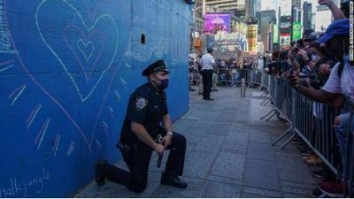 以跪止跪?美国多地警察与抗议者下跪祈祷 紧张局势趋于缓解