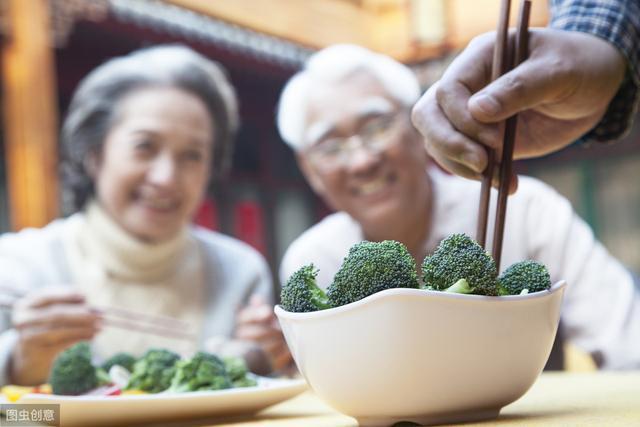 老人晚饭到底需不需要吃?专家给出了解答,结果很意外