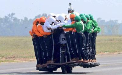 印军摩托车载60人创记录,被嘲笑为耍杂技,背后军事意义值得重视