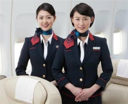 日本空姐为啥会斜着坐?是航空公司的要求吗?机长无意透露其原因