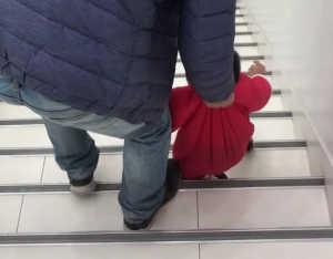 """""""超霸气奶爸""""带娃下楼梯,网友:娃脚下是踩了风火轮吗?"""