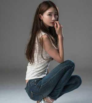 牛仔裤美女:随意又时尚的打扮,展现女神般的身材线条!