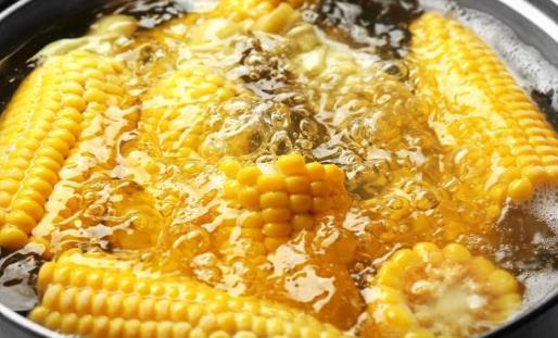 煮玉米的水切记别倒掉,用途厉害了,男人女人抢着用,不懂真后悔