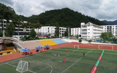 足球——绿茵驰骋群山间