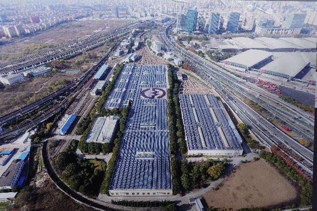 上海这个地铁车库屋顶5万平米光伏太能板,一年发电三四百度,支持2号线跑20万公里,背后是?